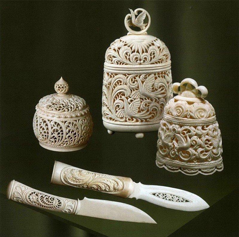 Холмогорская резьба по кости как промысел существует уже почти четыреста лет. Этим искусством занимались мастера из города Холмогоры, что находится под