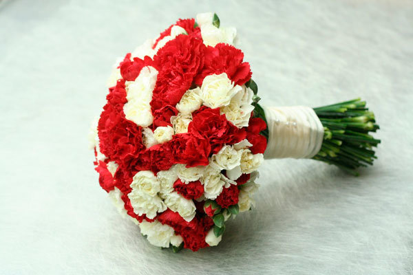 Красно белые гвоздики букет, невесты