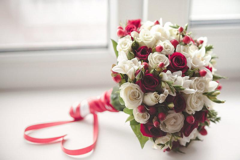 Бело-красный букет невесты фото