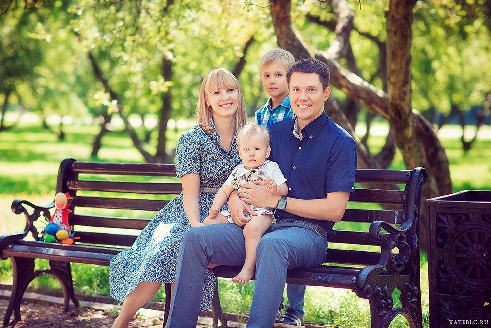 Пример фотосессии на скамье для семьи
