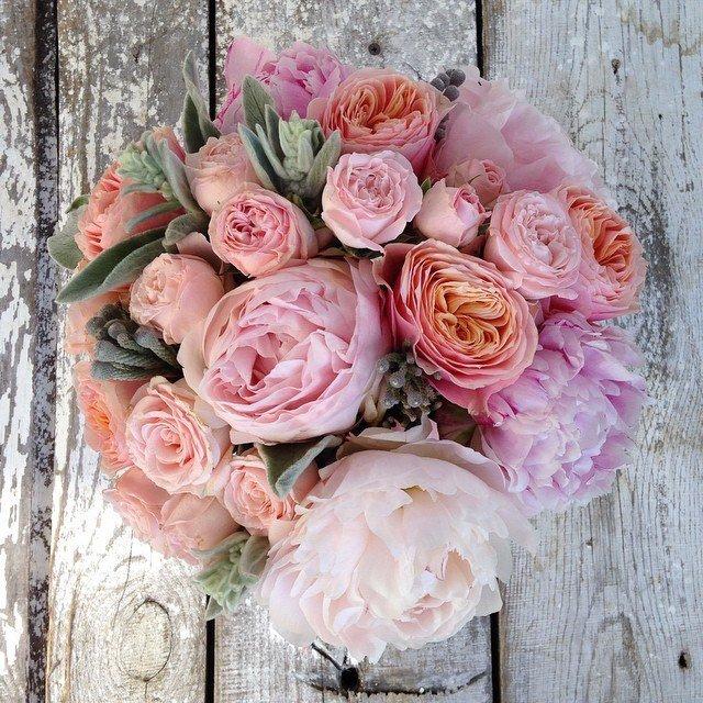 svadebnie-buketi-s-pionami-i-pionovidnimi-rozami-spb-dostavka-roz
