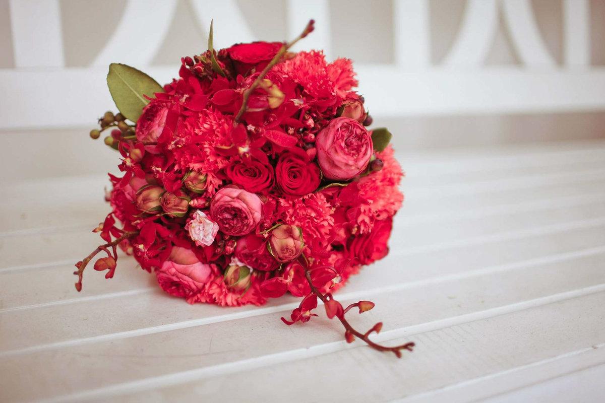 Невесты купить, букет невесты из красных цветов фото