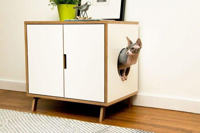 Прекрасная тумбочка со встроенным домиком для кошки не испортит внешний вид комнаты