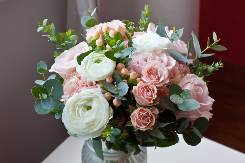 Букет свадебный из ранункулюсов кустовой розы