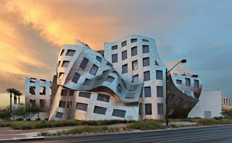 Кливлендская клиника является центром здоровья мозга Лоу Руво. Оригинальное название — Lou Ruvo Center for Brain Health. Необычное строение располагается в Лас-Вегасе (США). Автор проекта — Фрэнк Гери. Проект состоит из двух блоков, и оценивается в 100 миллионов долларов. В одном крыле расположен исследовательский центр, в другом находятся палаты для пациентов.