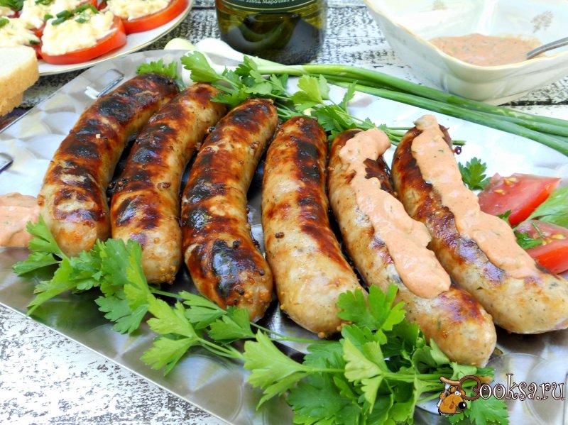 Колбаски-гриль в горчично-соевом маринаде на костре с острым розовым соусом