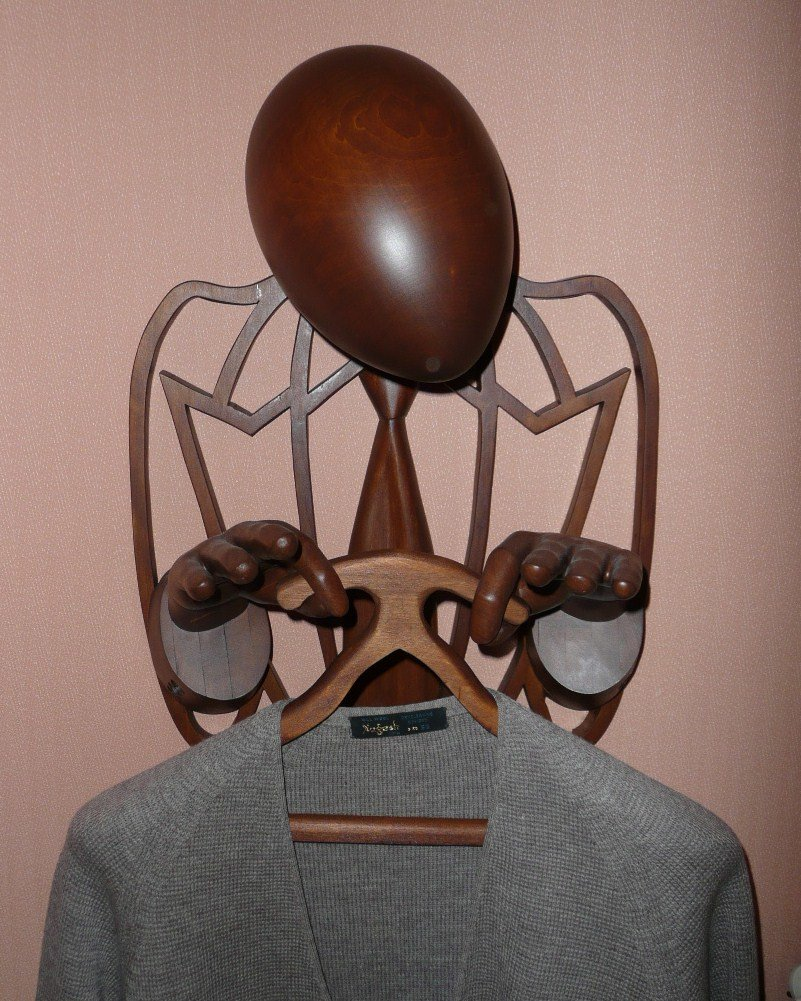 Вешалка настенная цвет полисандр, одежда вешается на вешалку или пальцы, шляпа на голову. Голова и руки в натуральную величину.Авторская