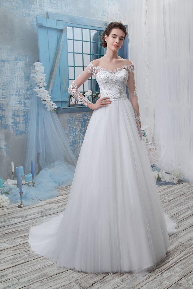 Платье из фатина с рукавами