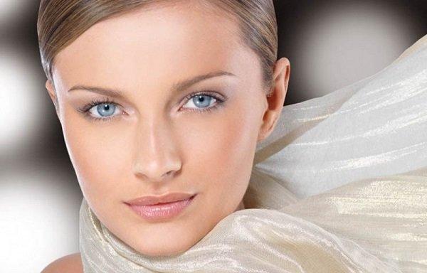 Каких правил в выборе цветовой гаммы следует придерживаться девушкам с серо-голубыми глазами и какие есть особенности нанесения макияжа для девушек, обладающих различным оттенком волос