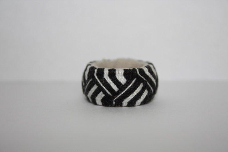 Юбинуки - на японском языке означает - наперсток. Их делали в виде кольца из бумаги или ткани, и одевали на вторую фалангу среднего пальца.