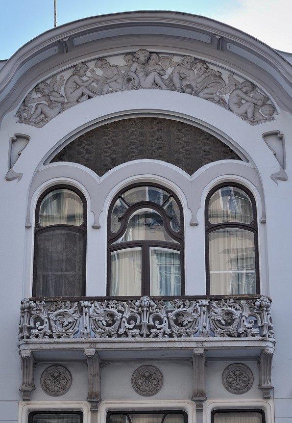 Фасады дома оформлены по-разному. Скульптурным украшением уличного фасада служит размещенное над балконом рельефное панно с фигурками путти (маленьких мальчиков), представляющих в аллегорической форме различные искусства.