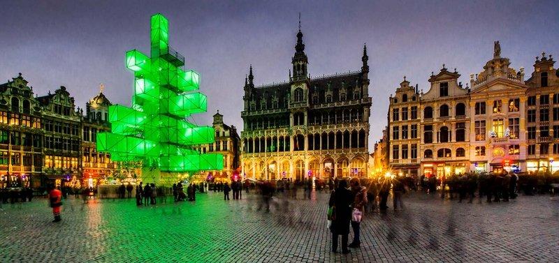 Рождественская ёлка в стиле хай-тек на Гран-Плас в Брюсселе, Бельгия