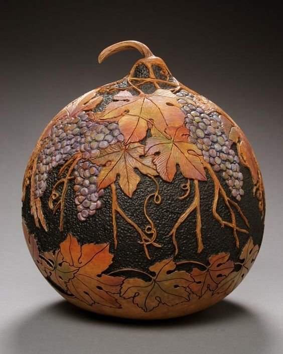 Поделки из корок тыквы, которые в умелых руках превращаются в произведения искусства.