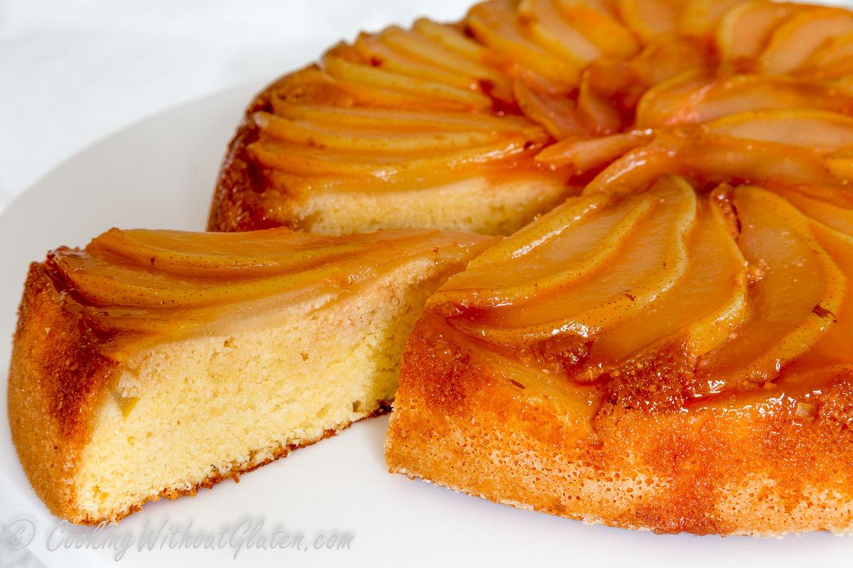 Яблочный пирог вряд ли может надоесть – рецептов этой выпечки столько, что можно каждый раз готовить что-то новенькое.