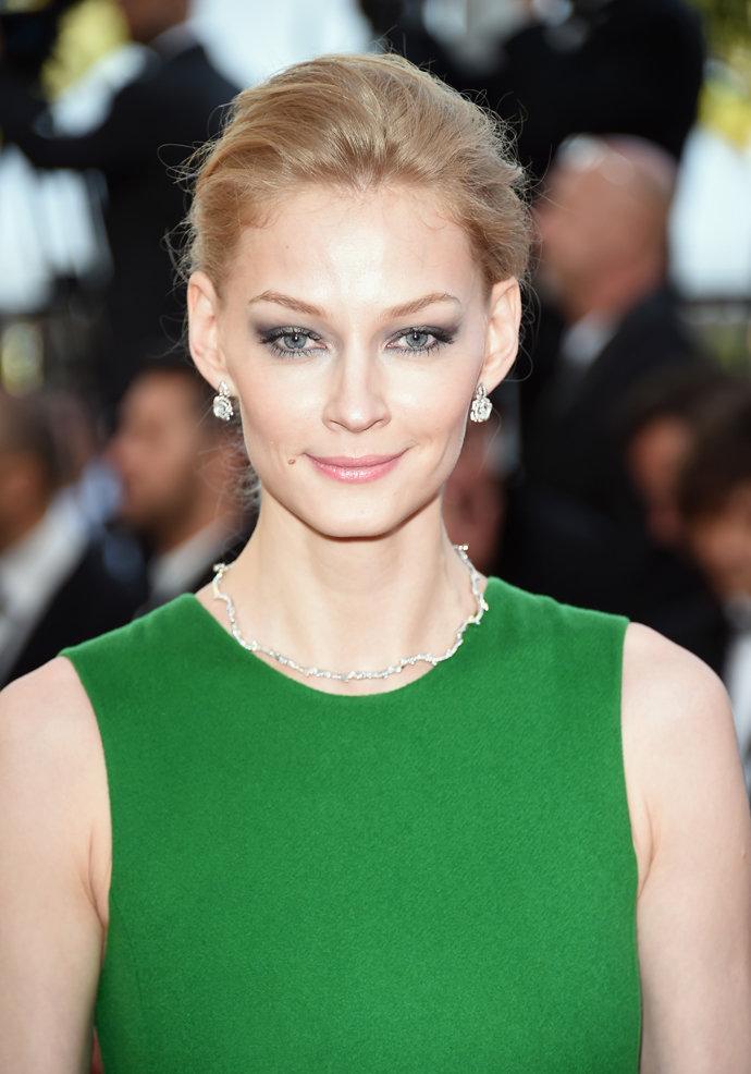 Зеленое платье серый макияж