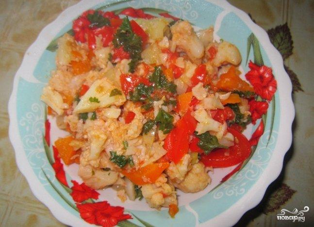 тушеная капуста с овощами и курицей