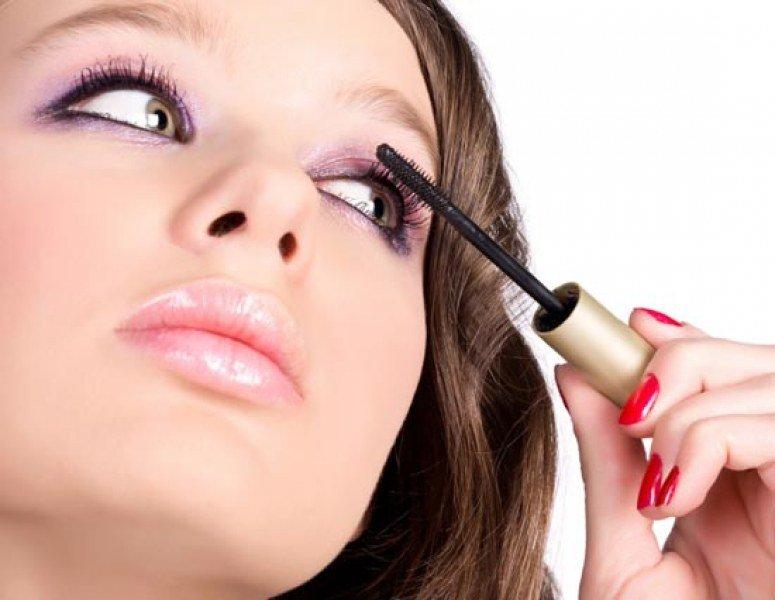 Красиво подчеркнутые глаза способны преобразить даже весьма невыразительную внешность, а симпатичную девушку сделают настоящей красавицей. Яркая радужка, сияющие белки, эффектный разрез и густые