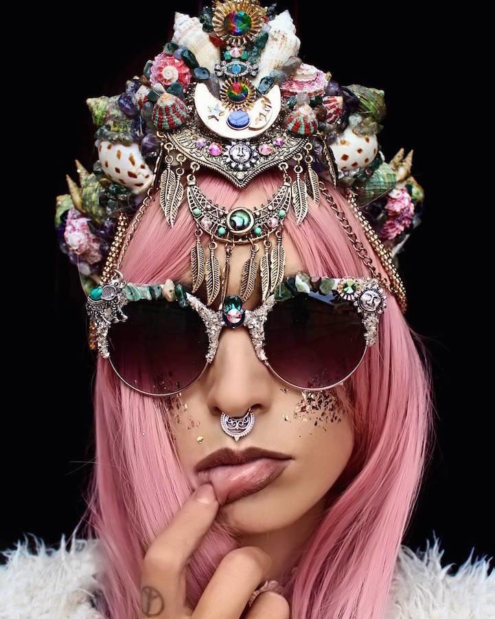 Челси Шилс делает восхитительные короны из ракушек и кристаллов