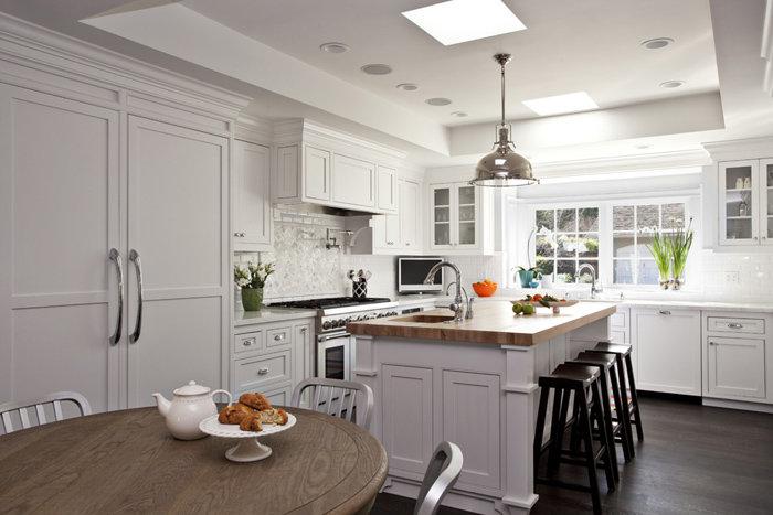 Белая кухня в частном доме фото