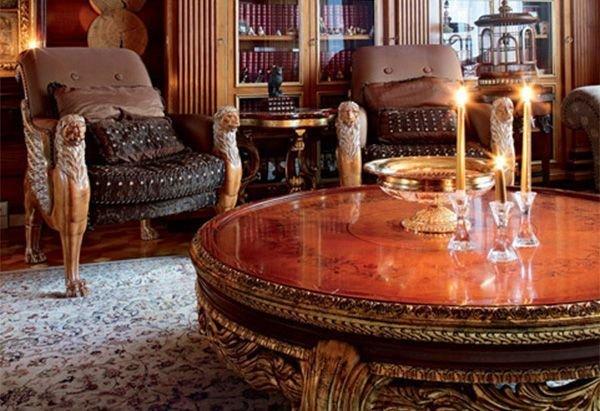 Массивный с виду стол и кресла смягчает собой ковер предавая более мягкую нотку дизайну ампир.