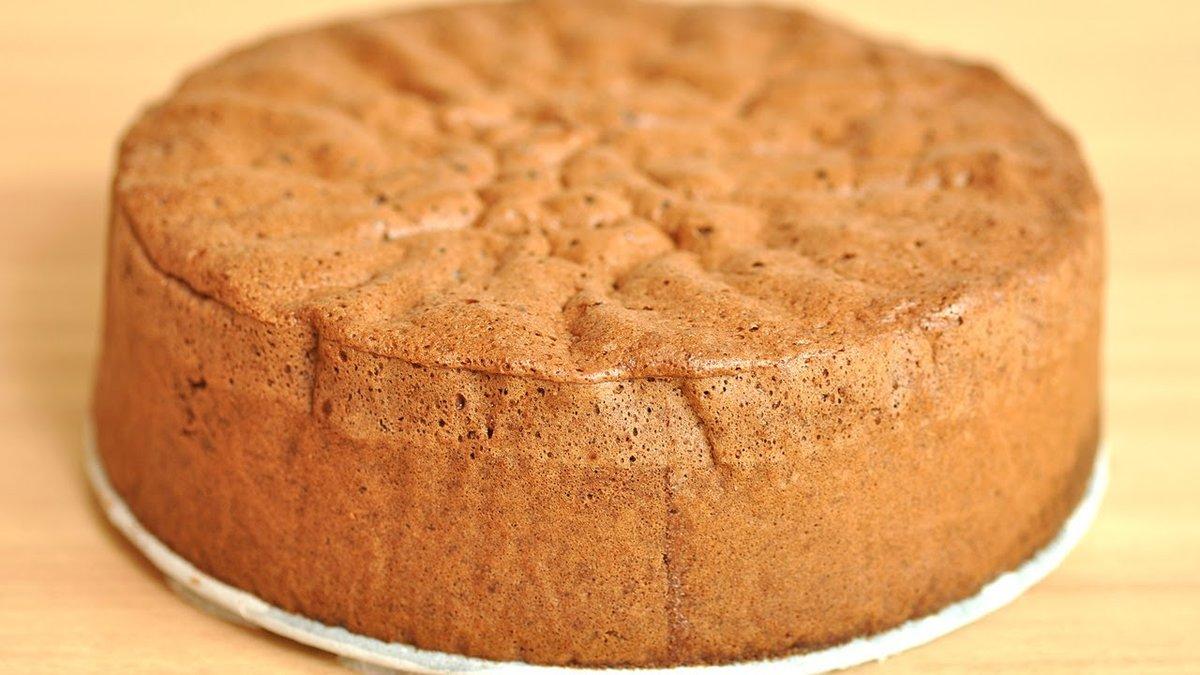 Обалденно вкусный клубничный торт с бисквитными коржами.