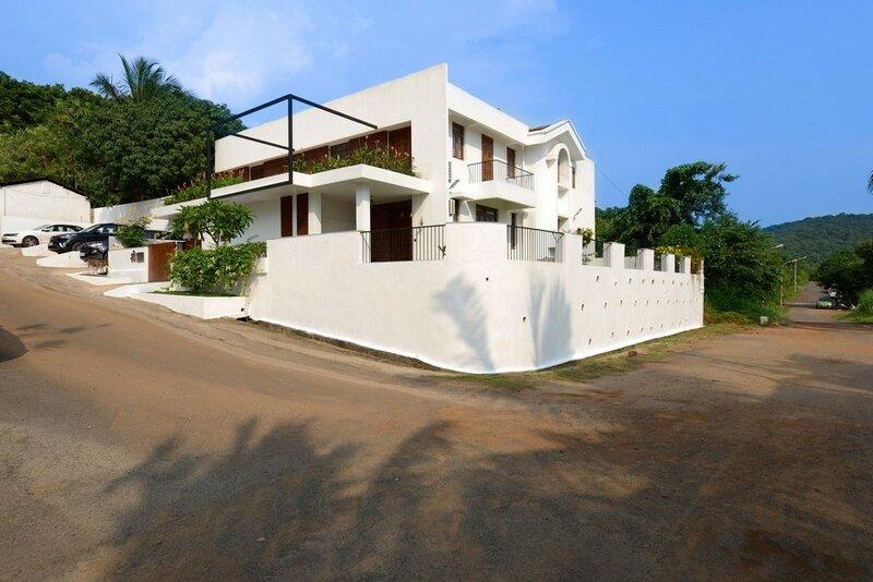 Проект частного особняка в индийском городе Маргао создан архитекторами студии Ankit Prabhudessai в 2015 году.