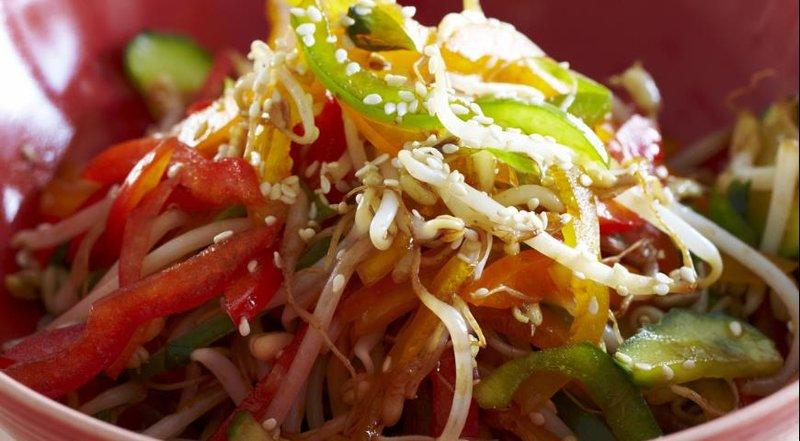 Салат из сладкого перца, огурца и ростков фасоли