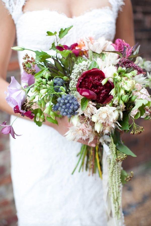 Один из основных трендов в свадебной флористике – стремление к естественности и натуральности. Поэтому букеты, составленные из полевых и садовых цветов набирают популярность. Такие букеты чаще всего не бывают правильной геометрической формы, они всегда пышные и пушистые.