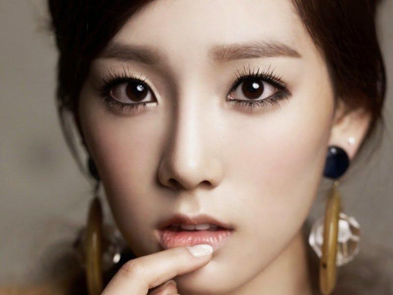Asian woman applying eye make-up