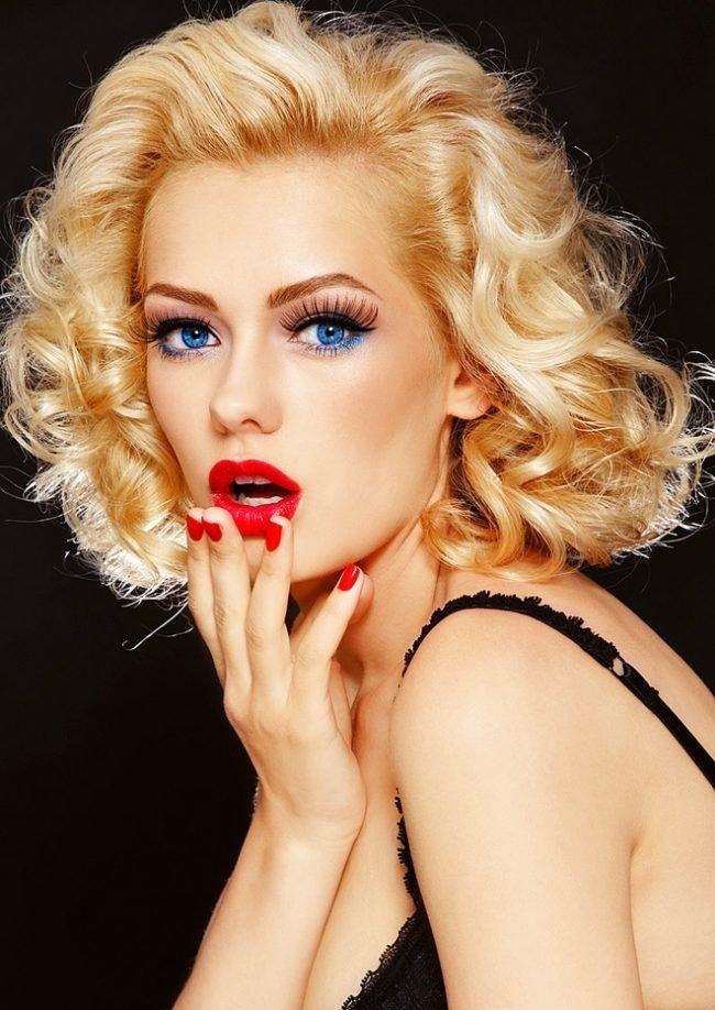 Макияж для блондинок с голубыми глазами в стиле пин-ап.