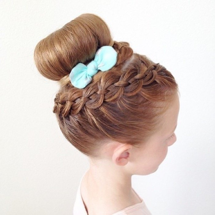 Самый простой и быстрый вариант детской прически в детский сад — французская коса.