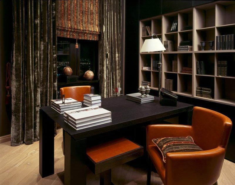 Темные бархатные шторы, широкий черный стол, яркие кресла.