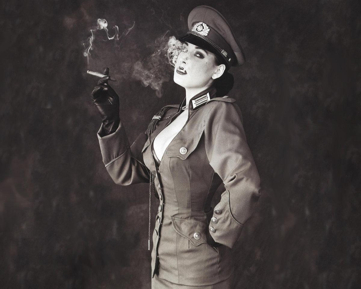 черно белое фото девушек в военной форме - 1