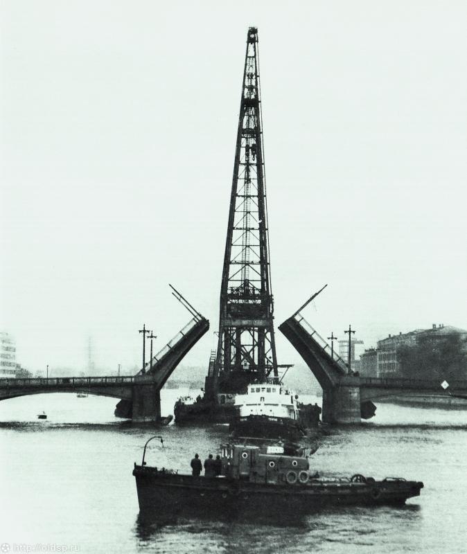 Сампсониевский мост. Современный мост  построили в конце пятидесятых годов XX века. В 1847-м году на его месте был деревянный ригельно-подкосный свайный мост с разводным пролетом, при чем разводили его вручную, с помощью лебедок.