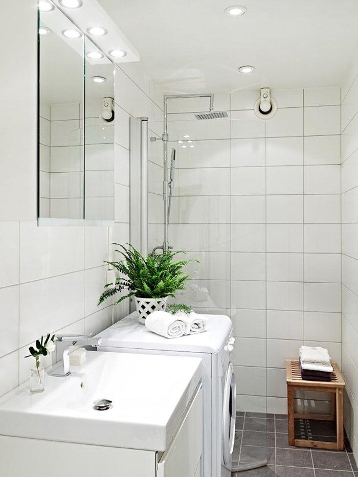 Дизайн маленькой ванной с белой плиткой