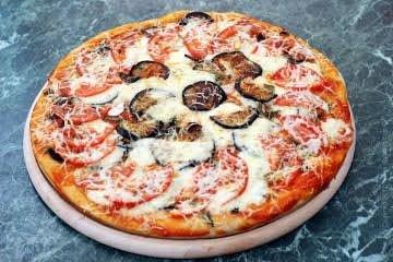 Классический рецепт пицца с баклажаном, называемый Pizza Parmigiana, готовится из томатного пюре, баклажанов, сыра и оливкового масла.