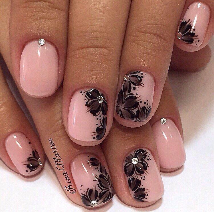 Лунный маникюр на миндалевидных ногтях фото волос