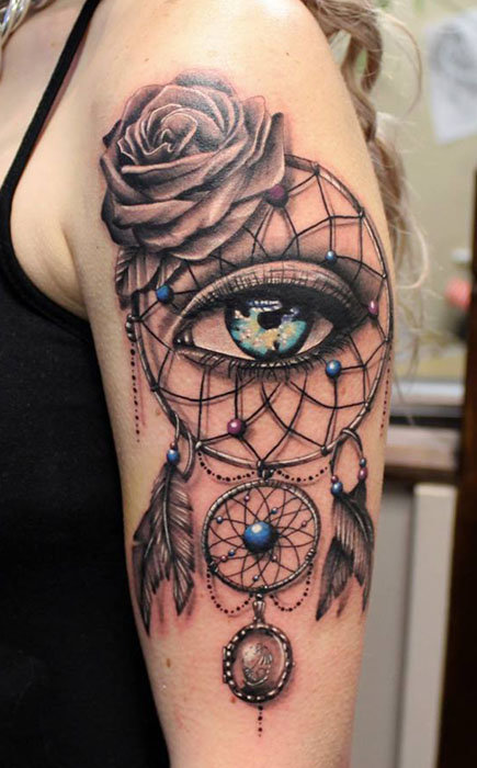 Красивая татуировка на руке. Ловец снов с глазом и цветком.