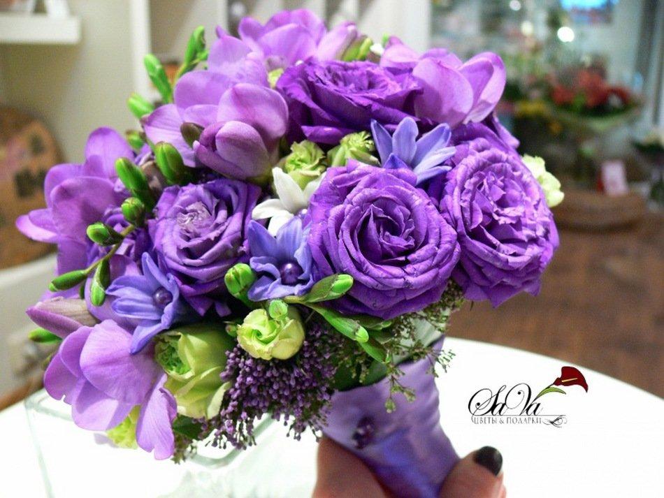 Красивые фиолетовые букеты цветов, жениха