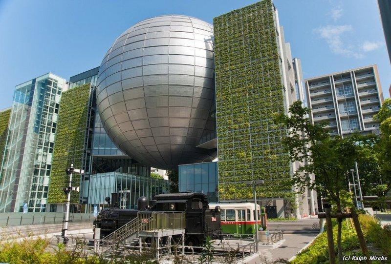 Музей науки Нагои, выполненный в виде огромного шара, установленного между боковых прямоугольных держателей. Внутри шара расположен планетарий оснащённый 35-метровым проекционным куполом.