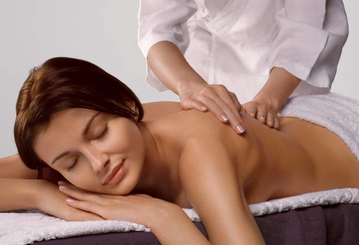 Красивой даме сделали массаж