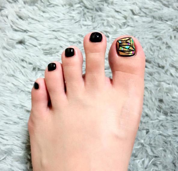 Имитация кусочков стекла на ногтях популярна и в педикюре