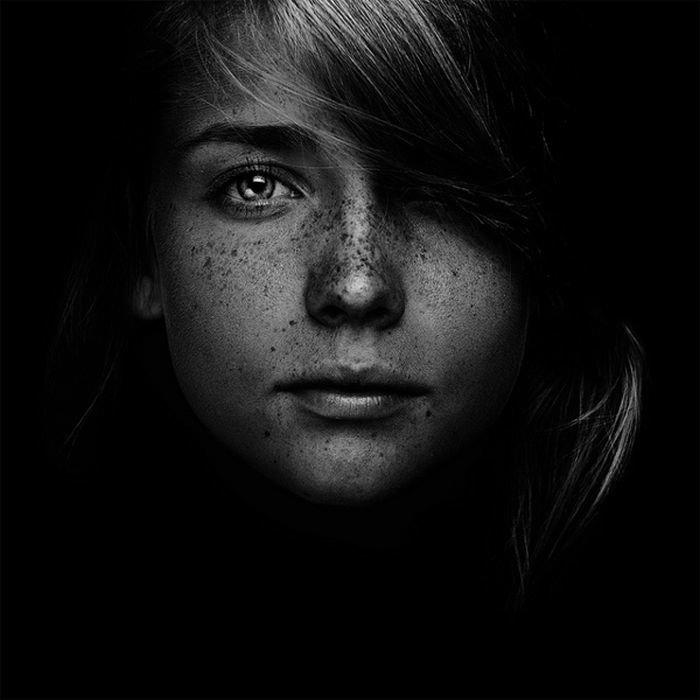 картинки черно белые фотографии лица круглое окно