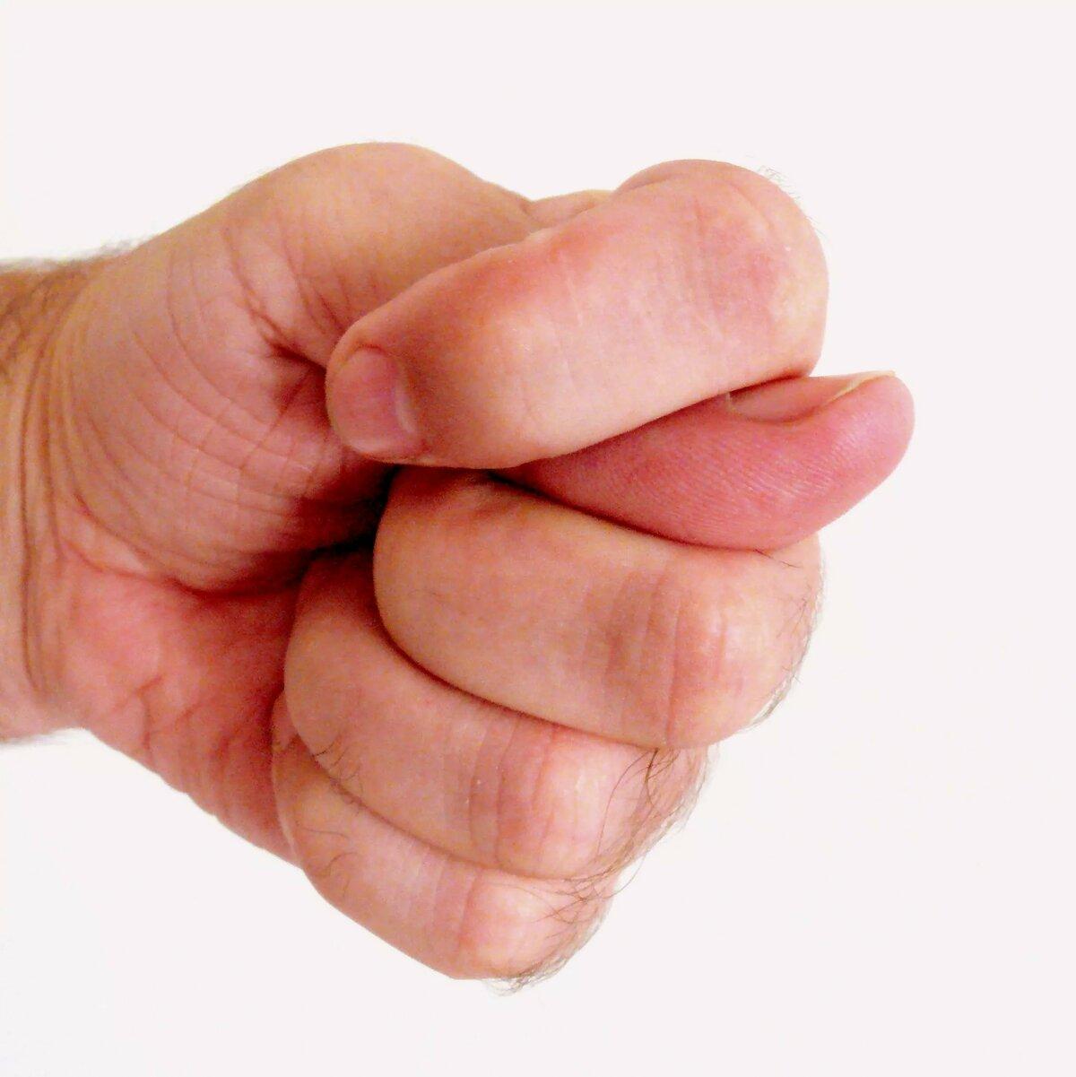 картинка фига сложенного из пальцев сейчас активно