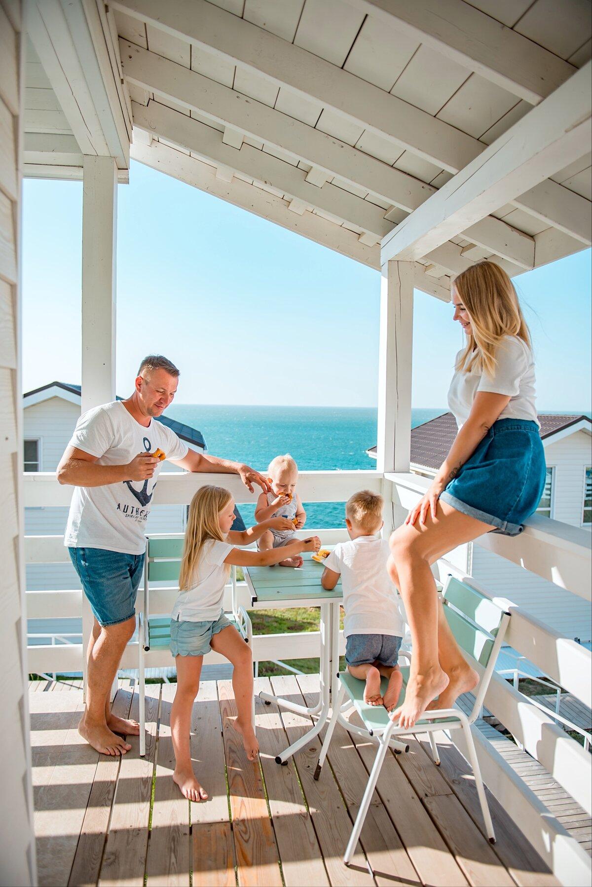 резидентами камеди картинка красивого дома у моря с семьей кабель