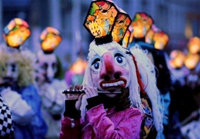 """Карнавал начался 14 марта ровно в 4:00 утра в понедельник с """"Моргенштрайха"""" (Morgestraich) - утреннего марша. Десятки тысяч людей собрались на промерзших улицах утреннего Базеля. Когда погасли городские огни началось знаменитое шествие с разноцветными фонарями."""