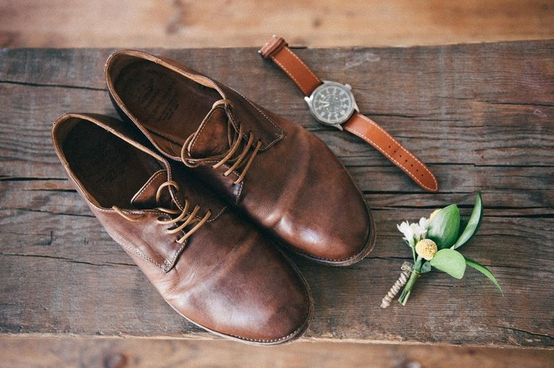 Зимняя обувь жениха в морозные месяцы – это элегантные зимние ботинки, которые сочетаются с его костюмом.