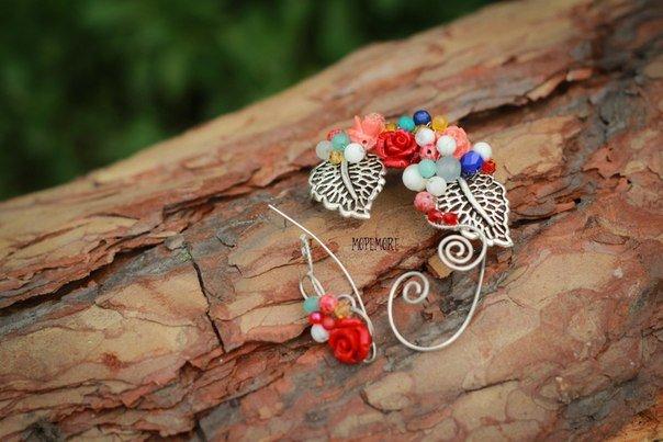 Кафф с листьями и разноцветными цветами и бусинами