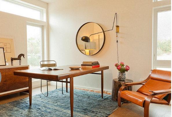 Рабочий стол можно разместить в промежутке между окон, если для рабочего кабинета вы оборудовали такое помещение, тогда естественное освещение не будет мешать вашей работе.