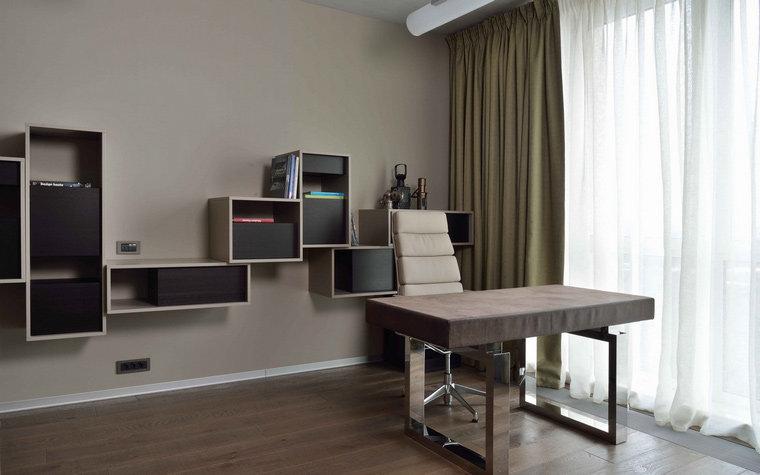 Домашний кабинет в современном стиле - Серые стены и зелёные шторы